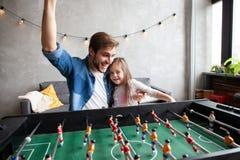vader en dochter speellijstvoetbal thuis stock fotografie