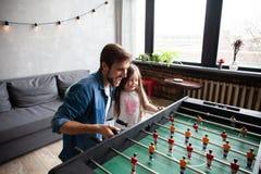 vader en dochter speellijstvoetbal thuis royalty-vrije stock fotografie