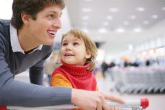 Vader en dochter in winkel stock foto