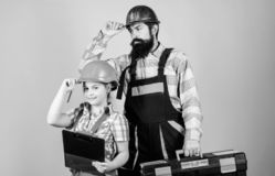 Vader en dochter in workshop Gebaarde mens met meisje E Bouwer of Timmerman royalty-vrije stock foto's