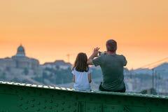 Vader en dochterhorlogecityscape royalty-vrije stock foto