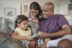 Vader en Dochters die een Digitale Tablet gebruiken Royalty-vrije Stock Afbeelding