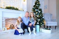 Vader en dochters die voor familiefoto stellen in fotostudio Stock Fotografie