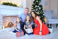 Vader en dochters die voor familiefoto stellen in fotostudio Stock Afbeeldingen