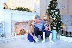 Vader en dochters die voor familiefoto stellen in fotostudio Royalty-vrije Stock Fotografie