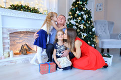Vader en dochters die voor familiefoto stellen in fotostudio Royalty-vrije Stock Foto's