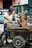 Vader en jong geitje de flessen van het recyclingsglas van de afvalstortplaats dicht bij de lokale markt royalty-vrije stock foto