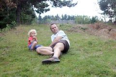 Vader en jong geitje het ontspannen Royalty-vrije Stock Afbeeldingen