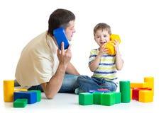 Vader en jong geitje het spel en improviseert samen Royalty-vrije Stock Fotografie