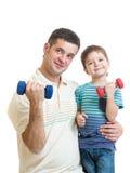 Vader en jong geitjejongen die oefening met domoren samen doen royalty-vrije stock afbeelding