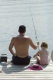 Vader en jonge dochter visserij royalty-vrije stock afbeelding