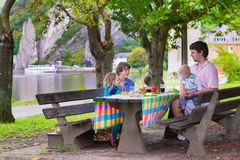 Vader en jonge geitjes bij picknick Stock Afbeeldingen
