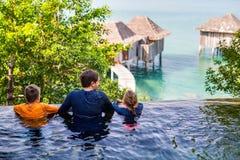 Vader en jonge geitjes bij zwembad Royalty-vrije Stock Foto
