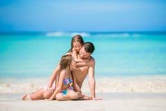 Vader en jonge geitjes die van de vakantie van de strandzomer genieten stock afbeelding