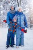 Vader en jonge geitjes die van mooie de winterdag genieten royalty-vrije stock afbeeldingen