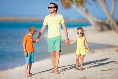 Vader en jonge geitjes op een strand Royalty-vrije Stock Afbeelding