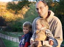 Vader en jonge geitjes in openlucht stock foto's