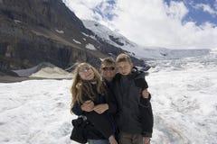 Vader en jonge geitjes in rockies royalty-vrije stock fotografie