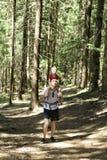 Vader en jonge zoon die op zijn schouders op naald bosactiviteiten en toerisme lopen stock foto's