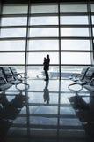 Vader en kind in de luchthaven Stock Afbeelding
