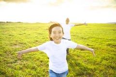 Vader en kind die op weide lopen royalty-vrije stock fotografie