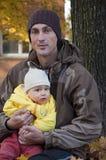Vader en kind openlucht Royalty-vrije Stock Afbeeldingen