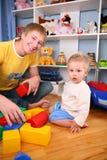 Vader en kind in speelkamer 2
