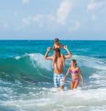 Vader en kinderen die in het overzees spelen stock afbeeldingen