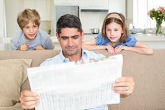 Vader en kinderen die krant lezen royalty-vrije stock foto's