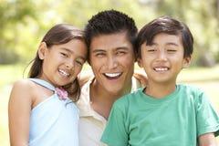 Vader en Kinderen in Park Stock Foto