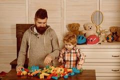 Vader en klein kindspel met aannemer gelukkige familie en van kinderen dag Gelukkige kinderjaren Zorg en ontwikkeling stock afbeelding