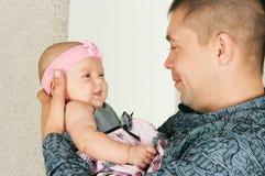 Vader en kleine dochter Royalty-vrije Stock Afbeeldingen
