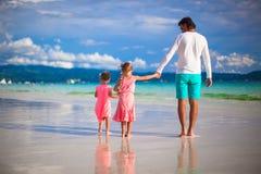 Vader en meisjes samen tijdens tropisch Royalty-vrije Stock Afbeeldingen