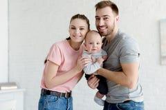 vader en moeder met babyjongen royalty-vrije stock foto