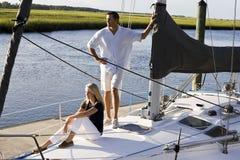 Vader en tienerdochter op zeilboot bij dok royalty-vrije stock foto's