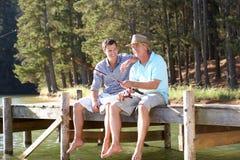 Vader en volwassen zoon die pret visserij hebben Royalty-vrije Stock Foto's