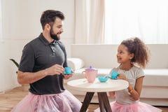Vader en weinig dochter die theekransje hebben thuis Royalty-vrije Stock Foto's