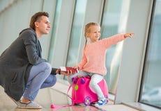 Vader en weinig dochter die uit het venster kijken Royalty-vrije Stock Fotografie
