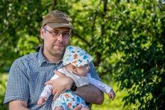 Vader en weinig zoon in aard royalty-vrije stock foto's