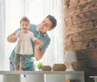 Vader en zijn baby Royalty-vrije Stock Foto's