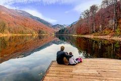 Vader en zijn dochters die van de mening van Meer Biograd genieten (Bio stock fotografie