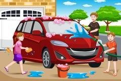 Vader en zijn jonge geitjes die auto wassen Stock Afbeelding