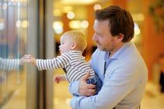 Vader en zijn kleine zoon Stock Afbeeldingen