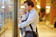 Vader en zijn kleine zoon Stock Foto