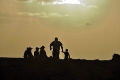 Vader en zijn vijf kinderen bij zonsondergang Stock Fotografie