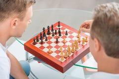 Vader en zijn volwassen zoon het spelen schaak Royalty-vrije Stock Fotografie