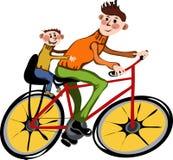 Vader en zijn zoon die door fiets lopen Stock Fotografie