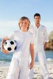 Vader en zijn zoon op het strand Royalty-vrije Stock Afbeeldingen