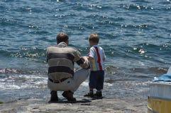 Vader en zon bij een meer Royalty-vrije Stock Foto's