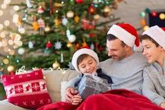 Vader en zonen in Kerstmistijd stock foto
